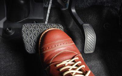 7 errores frecuentes que cometemos con los pedales del coche al conducir