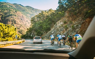 Ciclistas en grupo y resto de conductores: el reto de convivir con seguridad
