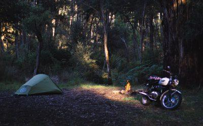 Cómo colocar el equipaje en tu moto para ir de acampada