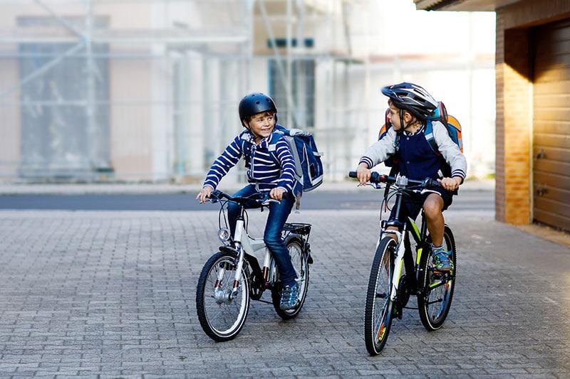 niños ciclistas espacio urbano seguro