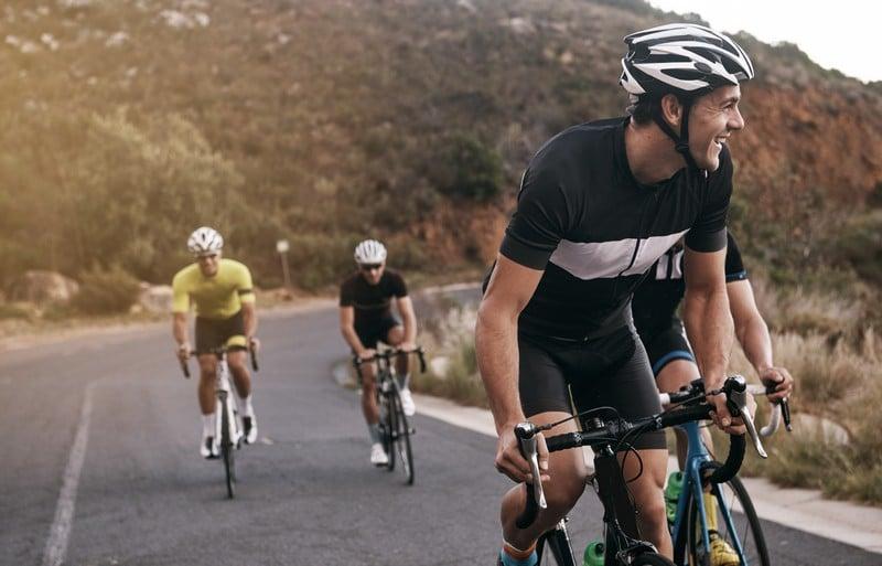 Ciclistas en carretera
